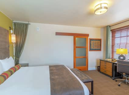 King Deluxe Accessible Guestroom with Bed and Work Desk