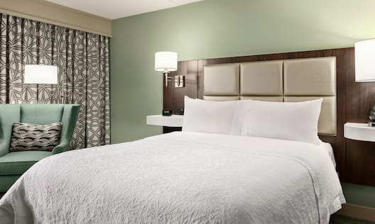 Queen Guestroom with Bed and Lounge Area