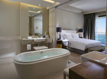 Junior Suite Bath with Kingbed
