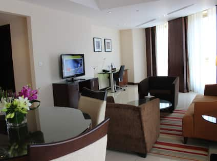 Twin Junior Guestroom Lounge Area with HDTV and Armchairs