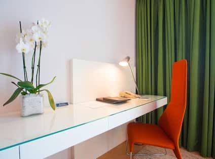 Junior Acropolis Suite, Desk