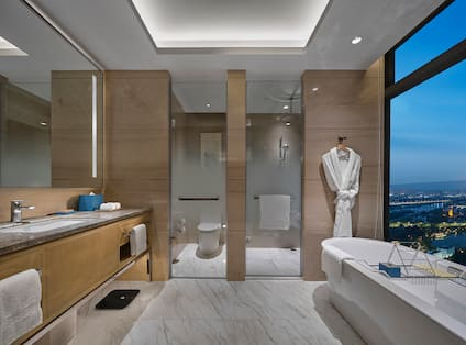 Deluxe Room Bathroom with Tub