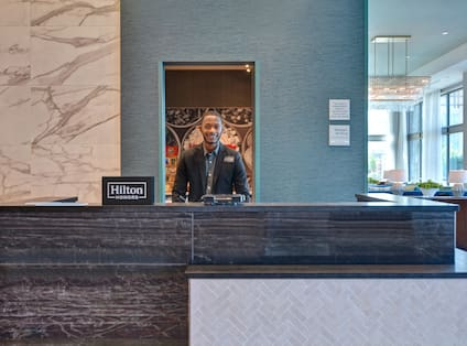 front desk with agent