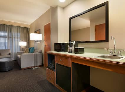 Accessible Suite Guestroom With Wet Bar