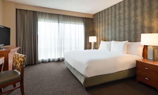 Single King Corner Suite Guestroom