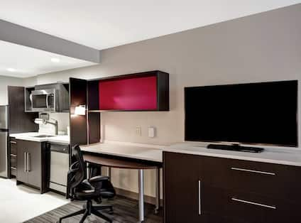 Suite Kitchen, Table and Desk