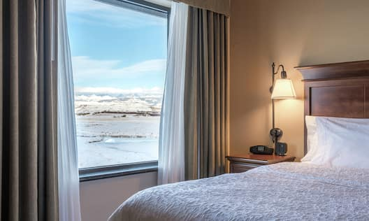 Suite Guestroom with Mountain View