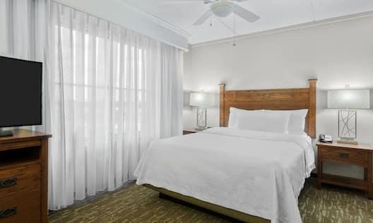 Single Queen Studio Guestroom Suite