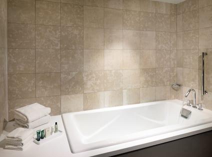 King Corner Executive Suite Bath