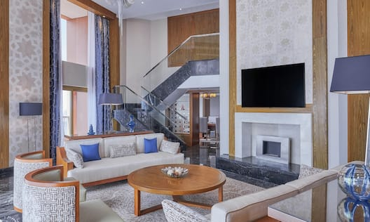 Diwan Suite Living Room with Room Technology and Lounge Area
