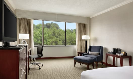 Deluxe room with outside view, king bed, TV, work desk, and chairs