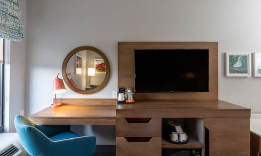 WOrkdesk with mirror, lamp and TV