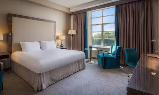 King Guestroom With Work Desk