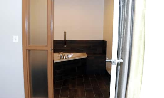 Guest Suite Whirlpool Tub