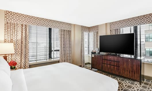 Corner Junior King Guestroom with Bed and Room Technology