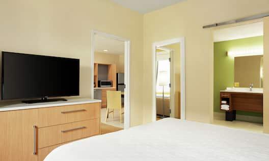 1 Queen Accessible Suite
