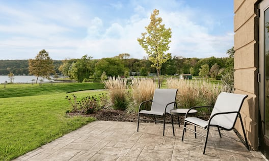 King Studio Guestroom Patio with chairs