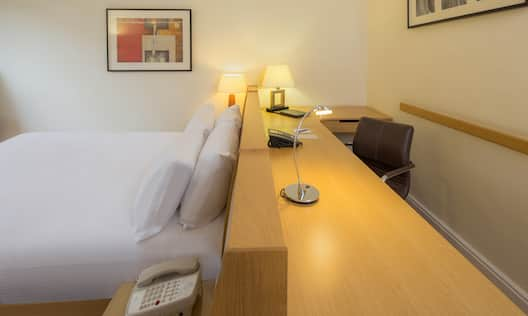 Business Double Deluxe Room - Bed and Desk