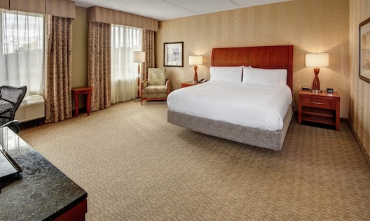 Hearing Accessible King Guestroom with Bed and Lounge Area