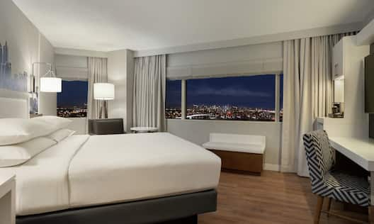 King Guest Room with View of the City at Night