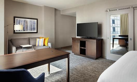 King Studio Suite Desk