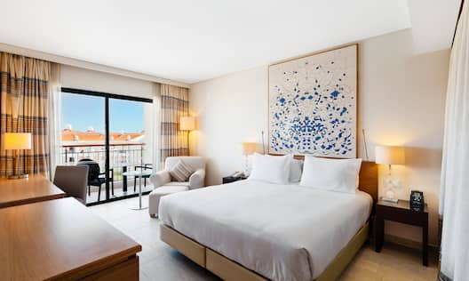 King Deluxe Bedroom With Balcony View