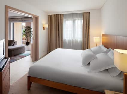 King Bedroom With Room Technology