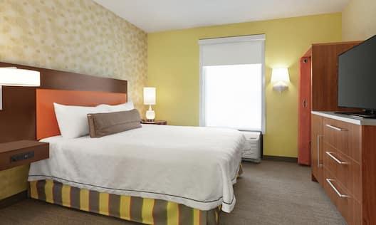 Single Queen One Bedroom Guestroom Suite