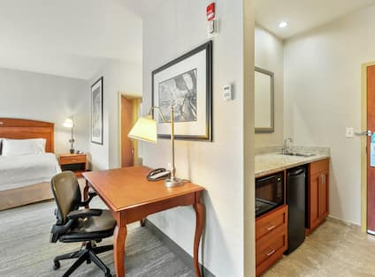 King Studio Suite Kitchenette With Work Desk Area