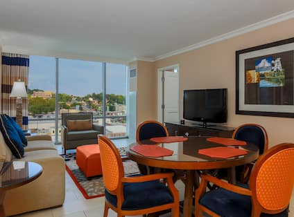 1 King 1 Bed Condo Dining