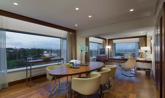 Deluxe Suite Dining Area with table