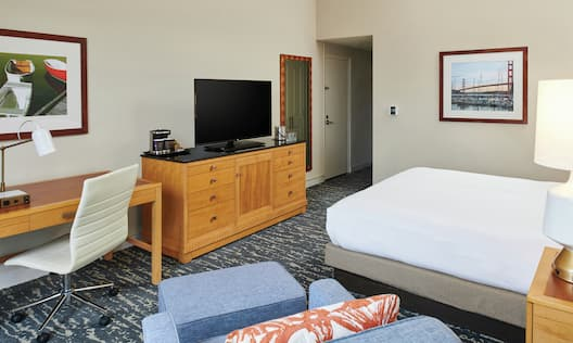 Guest Room, One King Bed, Soft Seating