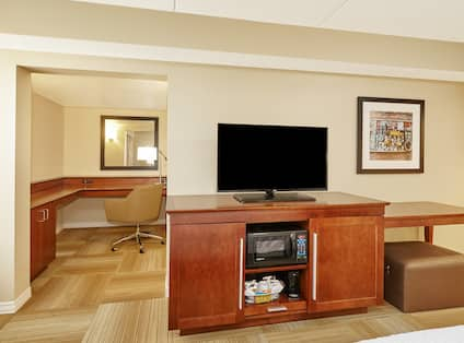 King Executive Room Work Area and TV