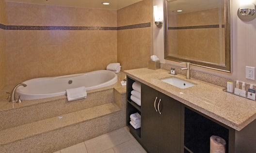 King Junior Suite Bath