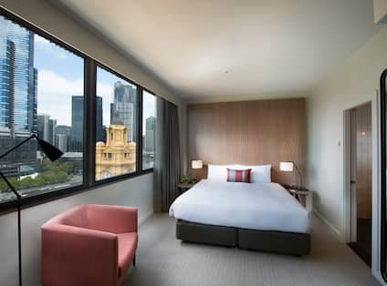 KING GUEST ROOM PANORAMIC SKYLINE