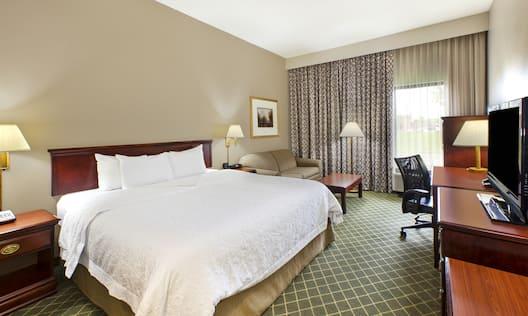 Hampton Inn Marietta Hotel, OH - King Study Guest Room