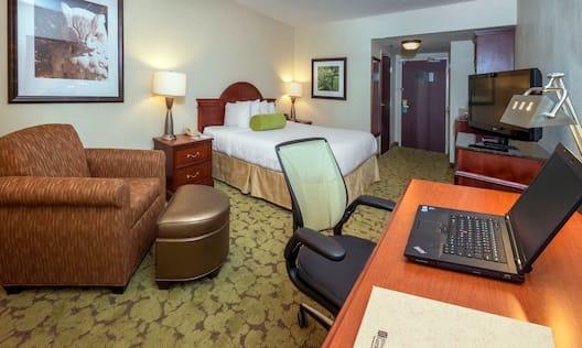 Standard Guest Room Desk, 1 King Bed