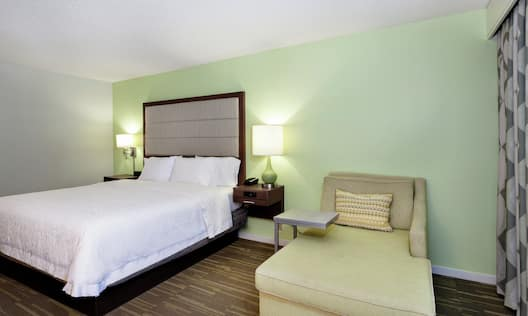 King Guestroom With Chair
