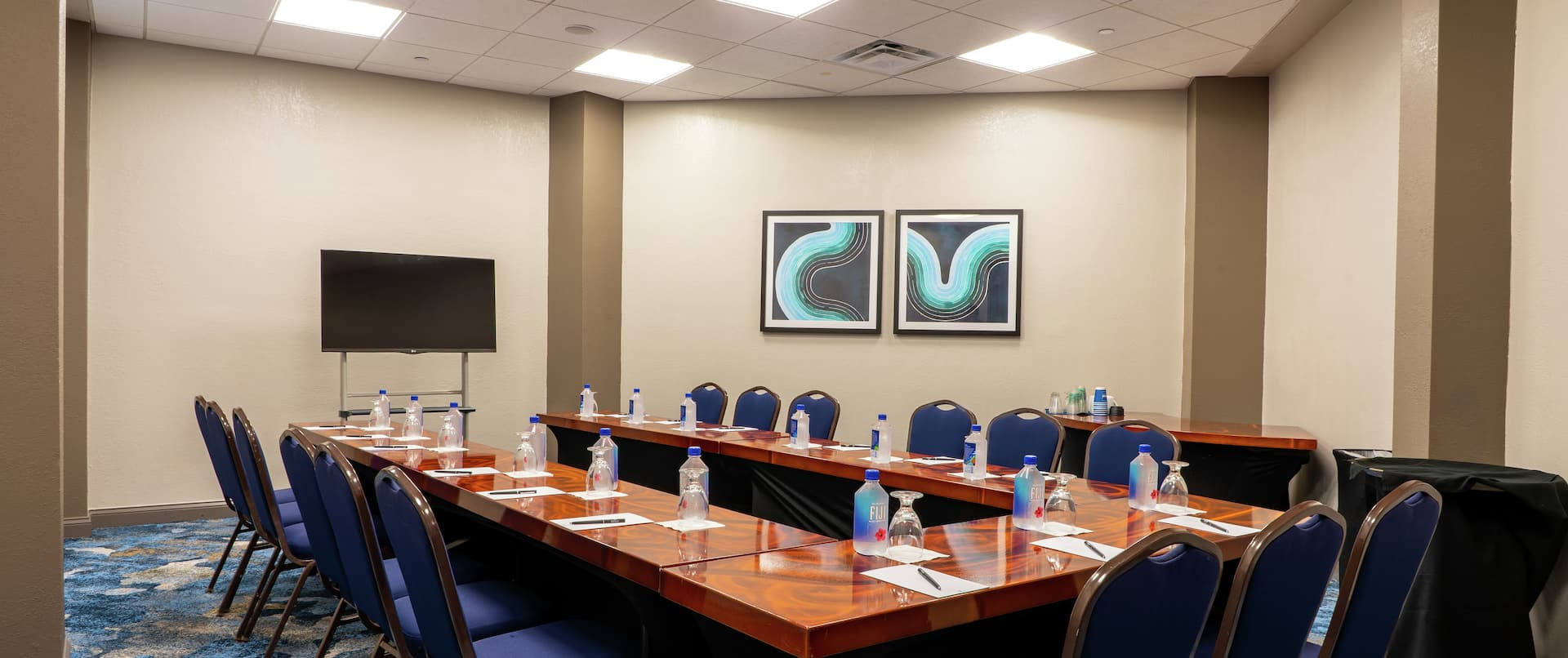 U Style Setup Meeting Room with HDTV