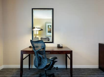 King Guestroom With Work Desk