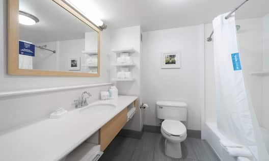 Bathroom with tub, sink and mirror