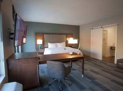 King Guestroom with Desk