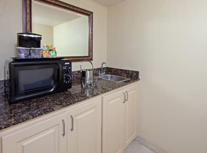 King Suite With Amenities And Wetbar