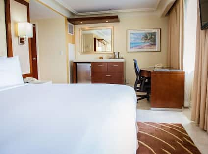 King room with workdesk and kitchen area