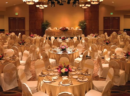 ballroom round tables with linen and table settings