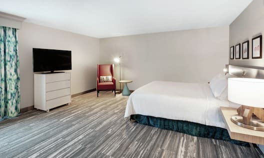Accessible King Guestroom with Bed