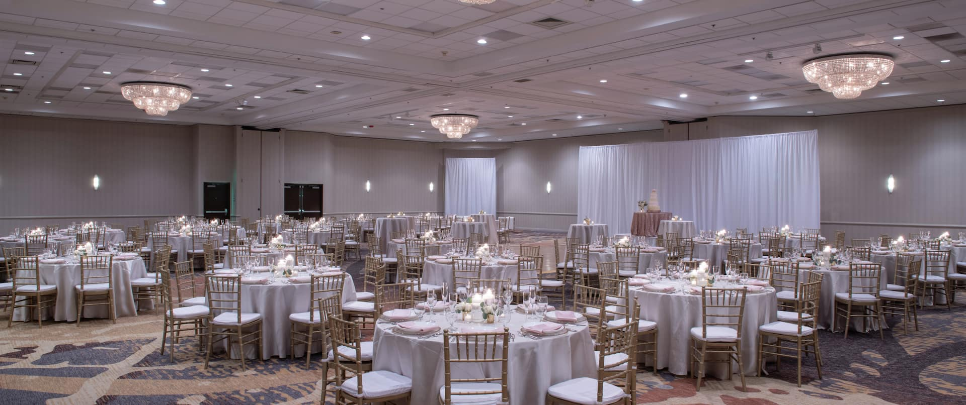 Columbia River Ballroom with Round Banquet Tables for Wedding