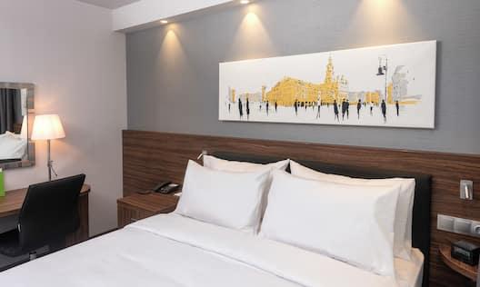 Queen Guestroom Bedroom