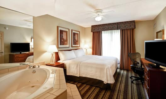 Bedroom with Whirlpool Bath