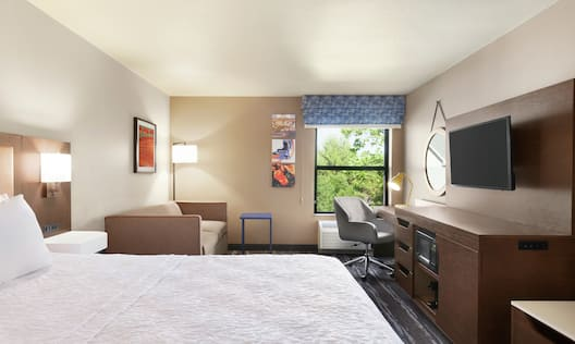 King Room with One King Bed, In-room Amenities, Study with Sofa Bed